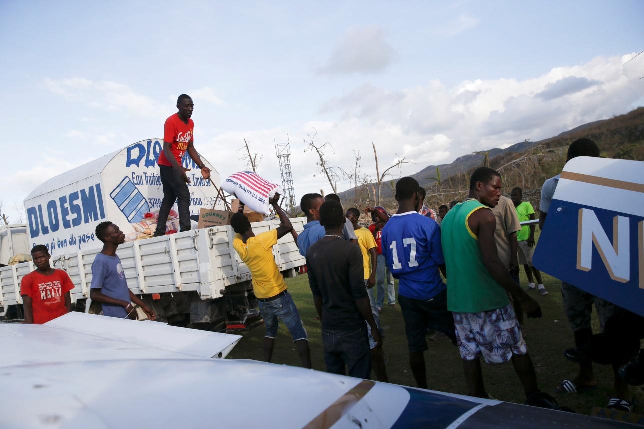 """Раздача гуманитарной помощи пострадавшим от урагана """"Мэтью"""""""