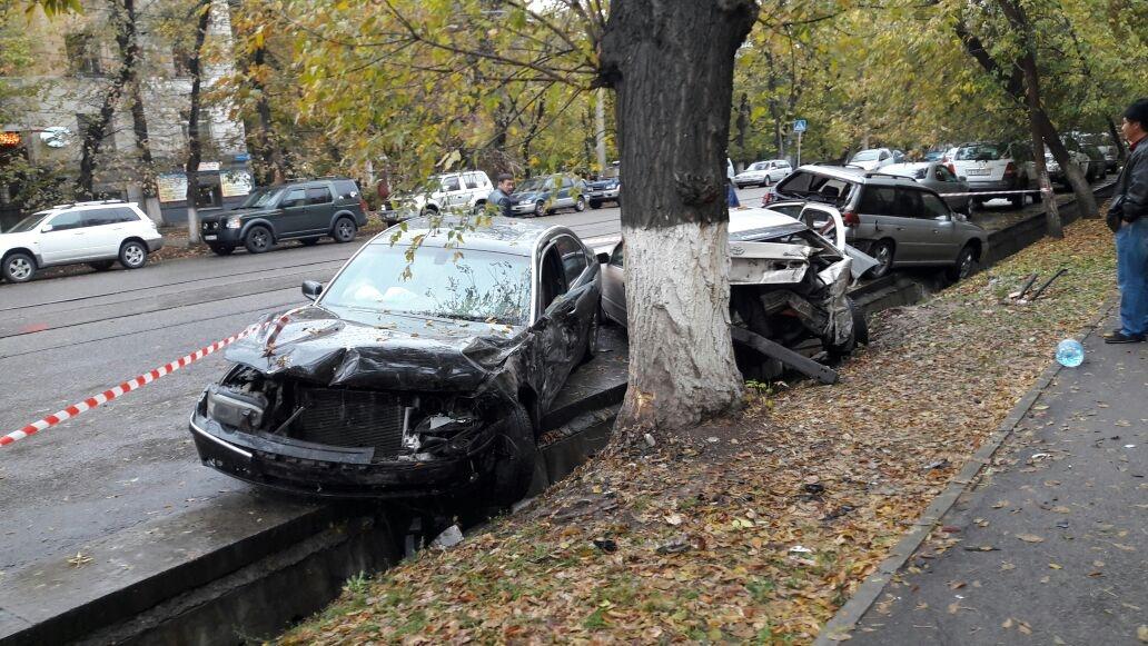 От удара машины разбросало в стороны