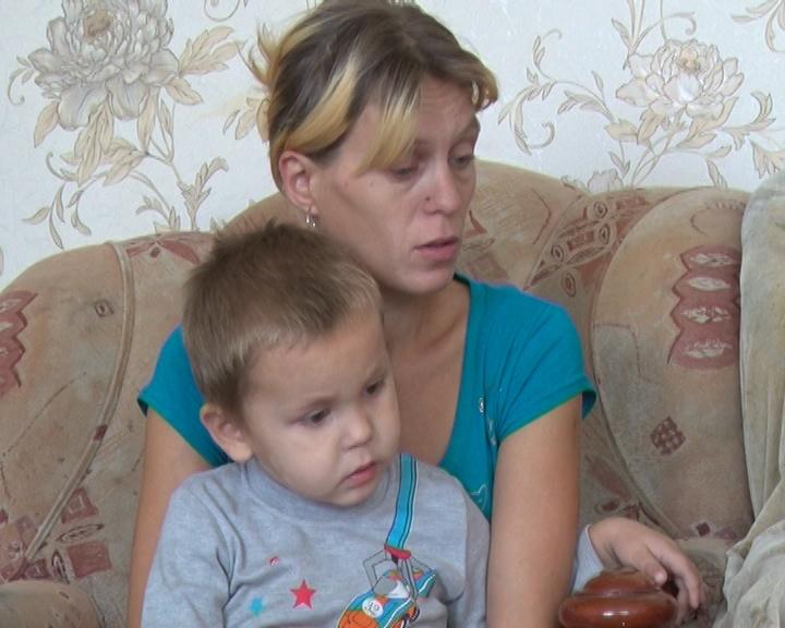 Галина Новикова осталась с детьми на улице