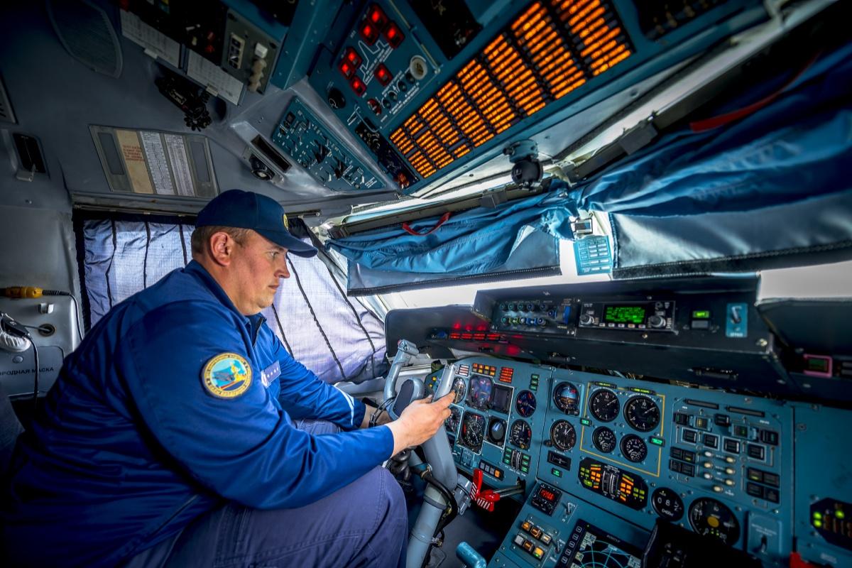 Старший техник капитан Назар Аширалиев проверяет оборудование кабины Ан-72