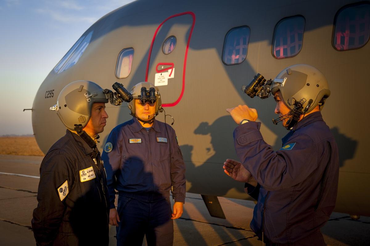 Подготовка к ночным полётам. Крайний слева – лётчик испытатель Аirbus Military Мануэль Регуэро, справа – Рустем Тлеумагамбетов