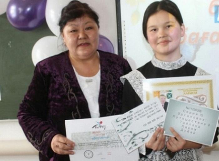 Молдир Жубаева со своим учителем казахского языка Бакыт Ботановой