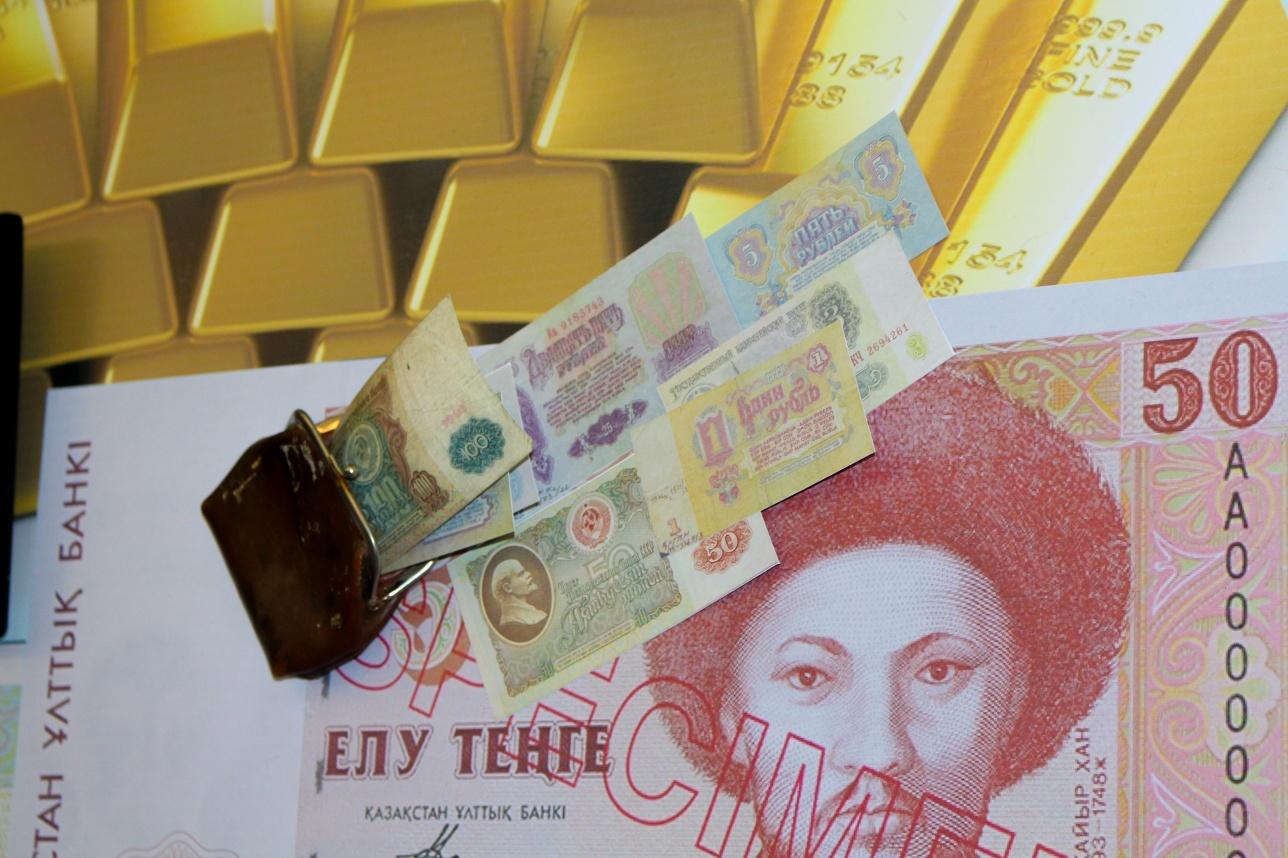Целый уголок зала посвящён национальной валюте Казахстана