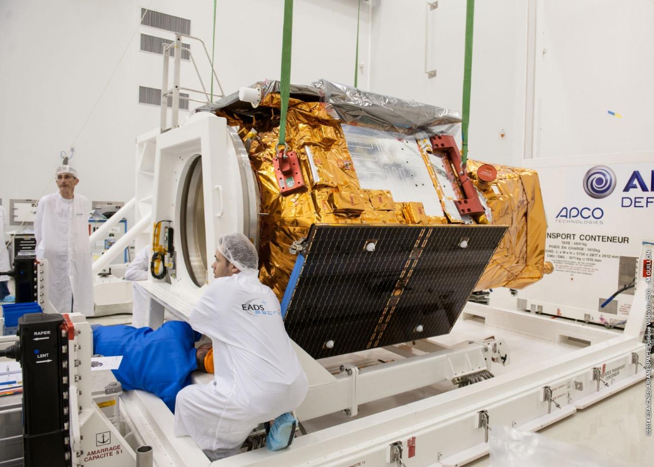 Cпутник KazEOSat-1 во время предстартовой подготовки на космодроме Куру