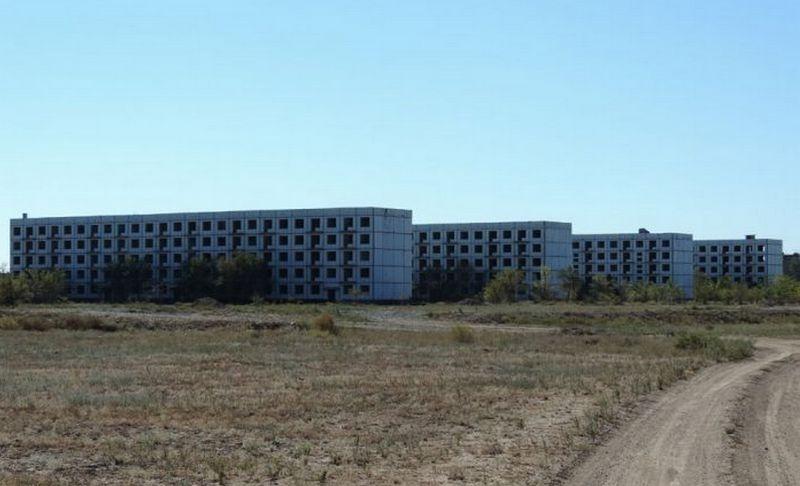 Современный вид Эмбы. Брошенные общежития военных