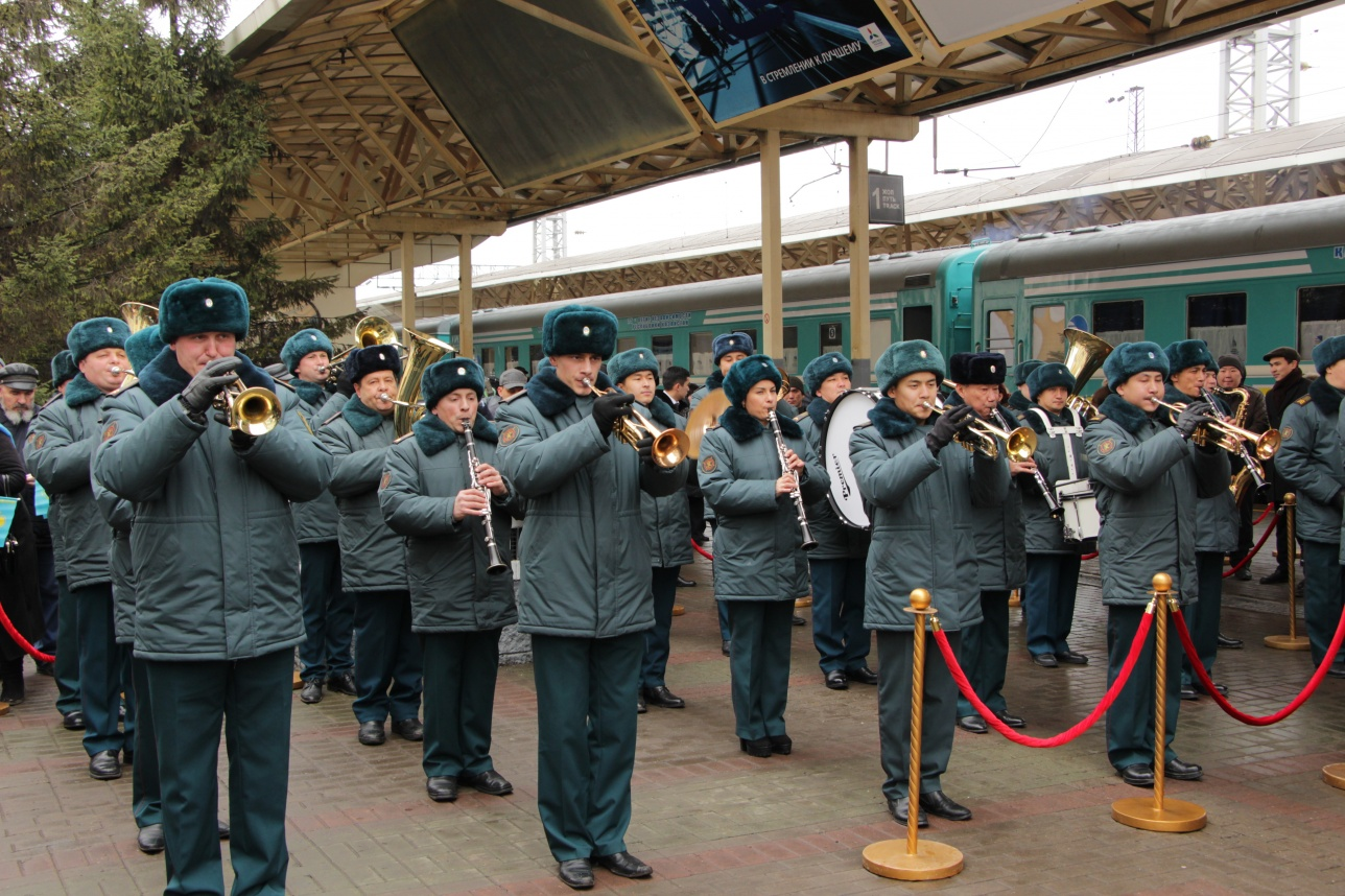 Звуки оркестра было слышно ещё на подходе к зданию старого вокзала