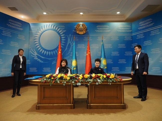 Председатель Совета директоров СИТИК Банка Ли Цинпин и председатель правления Народного банка Казахстана Умут Шаяхметова
