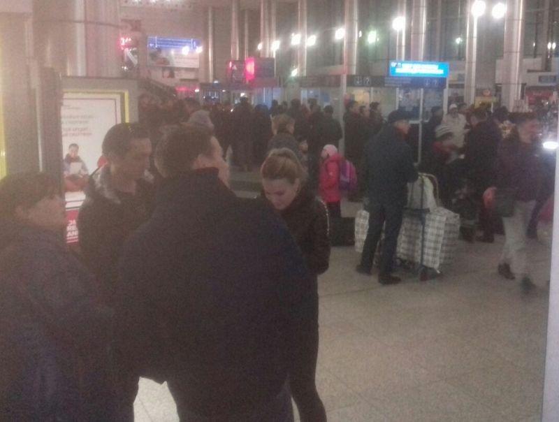 Пассажиры в ожидании опоздавших поездов