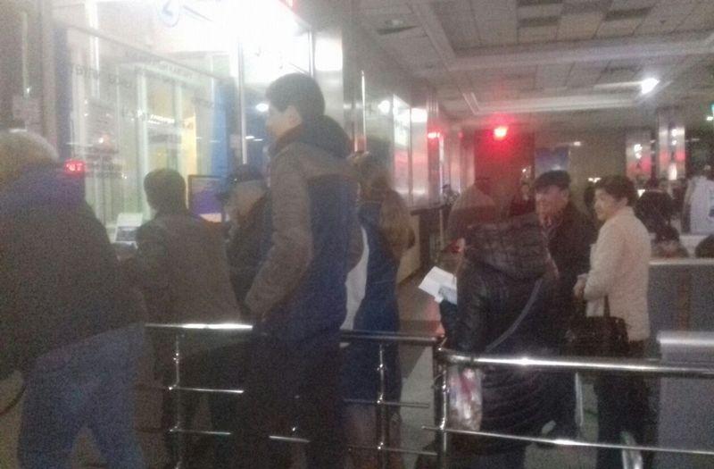 Люди, уставшие ждать, сдают билеты