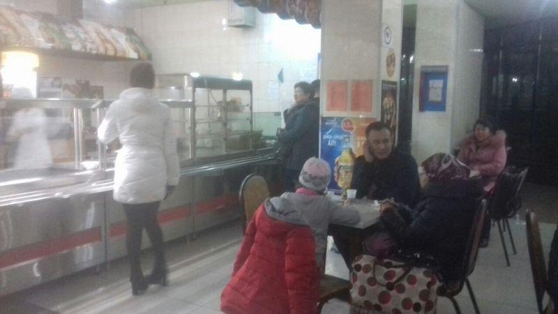 В вокзальном кафе пустующие прилавки. Пассажиром предлагают только чай