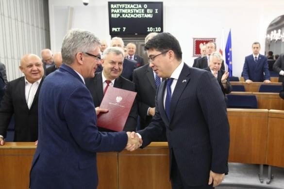 Постановление Сената вручили Послу Казахстана в Польше