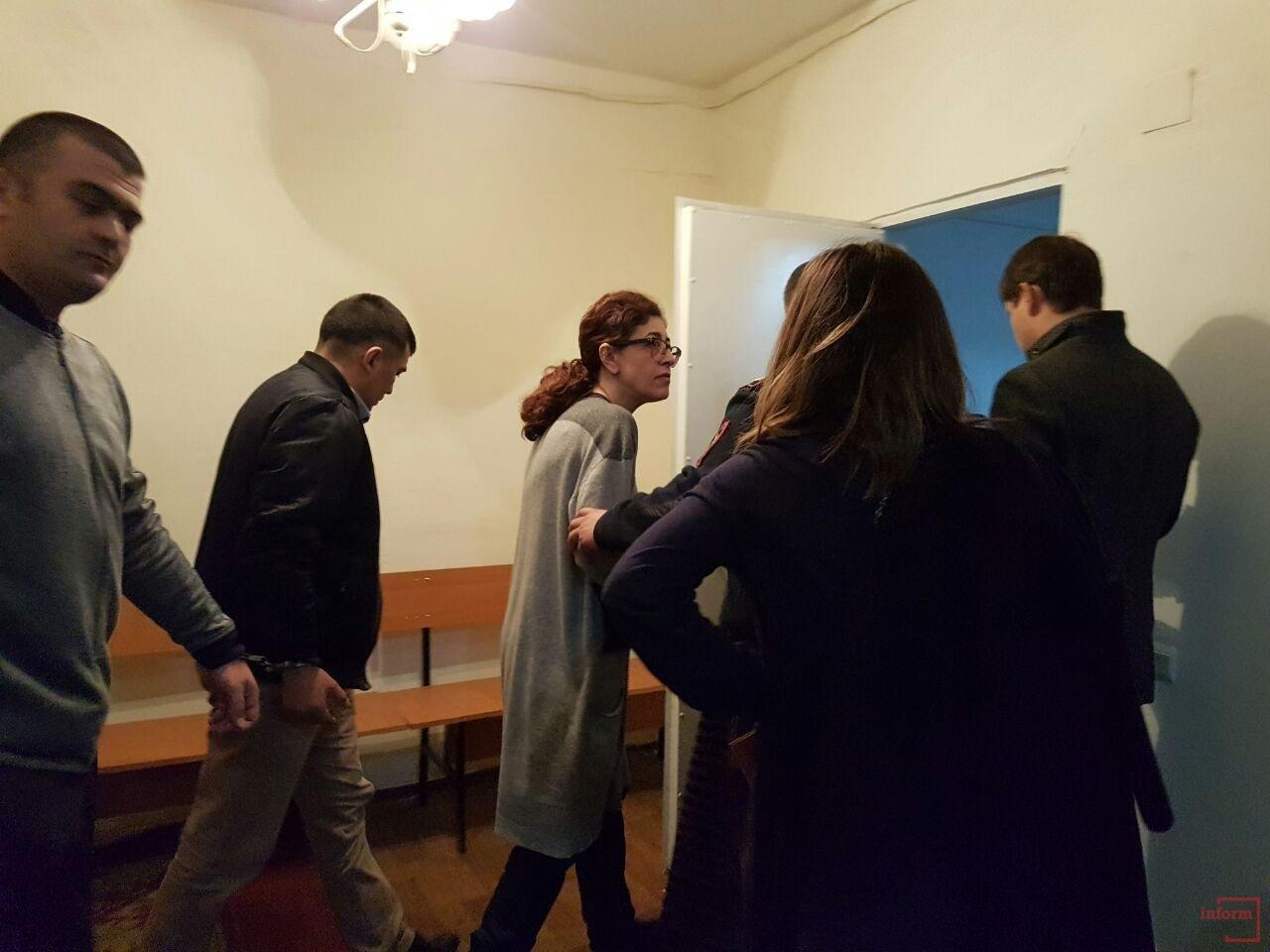 Мири Паз и Ислама Мисирова приводит конвой на суд