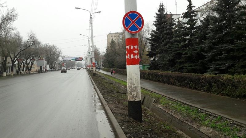 Запрещающие знаки разместили даже на столбах