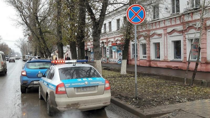 Полицейские уже начали штрафовать автолюбителей, паркующихся вдоль проспектов