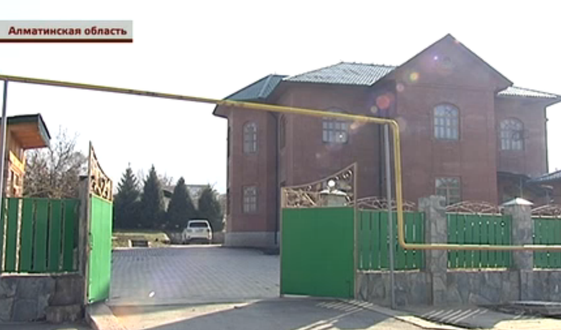 По словам пенсионера, инцидент произошёл во дворе дома акима