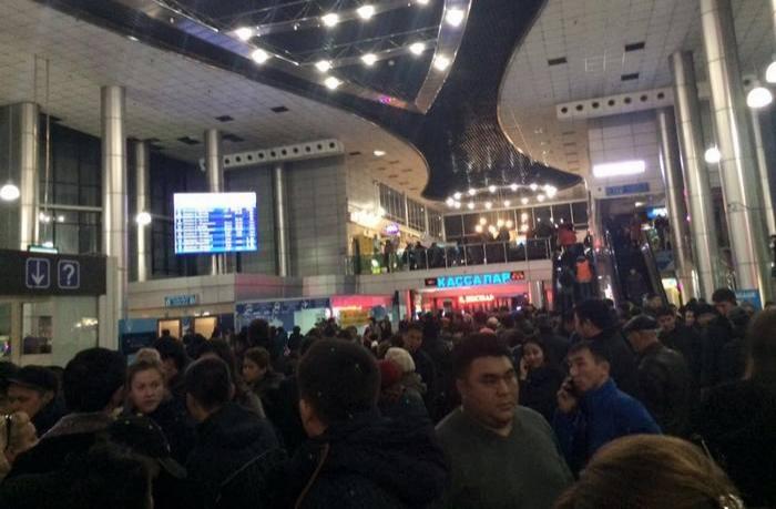 Алматинцы жалуются на столпотворение на вокзале
