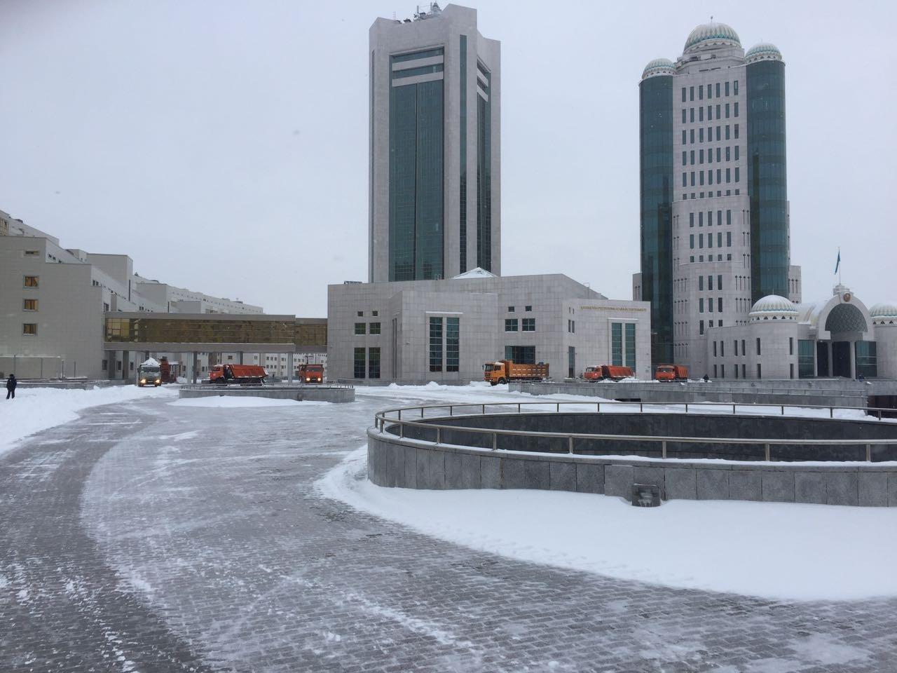 У здания Правительства сугробы расчищены идеально