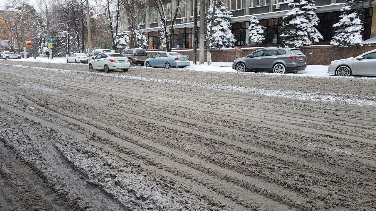 Жители Алматы сообщили, что добирались до работы полтора-два часа