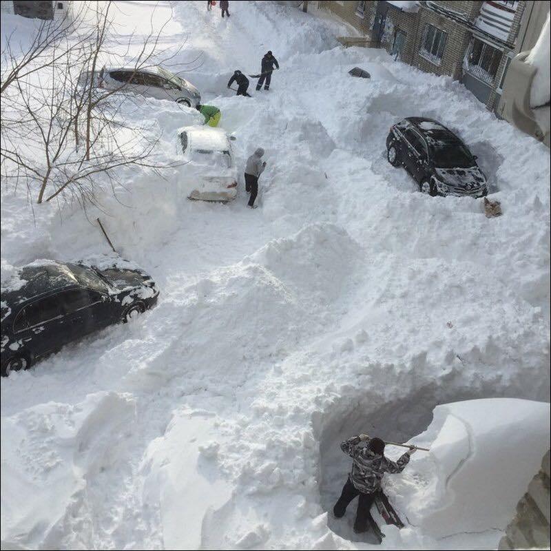 Алматинцы чистят снег