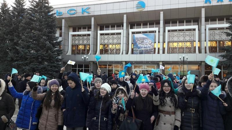 Делегацию приветствовала молодёжь Уральска