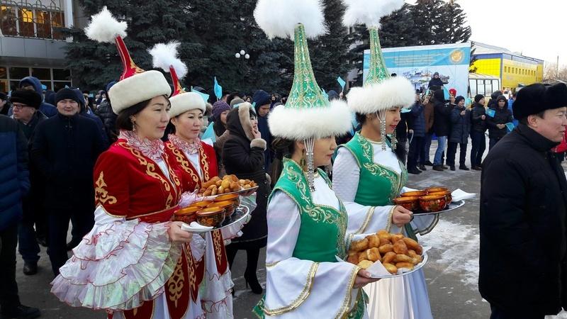 Жители Уральска встречают агитпоезд традиционными баурсаками