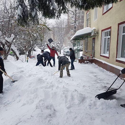 Депутат помог очистить двор АРДИ от снега