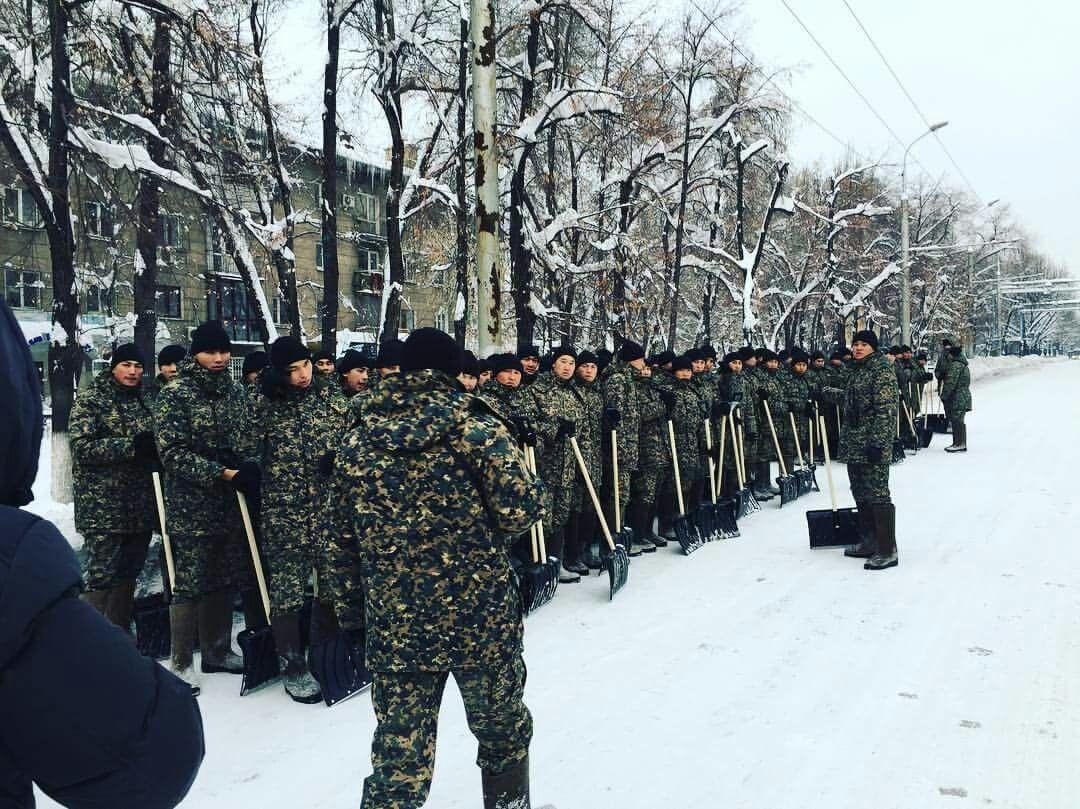 На уборке снега в Алматы задействованы около 10 000 человек