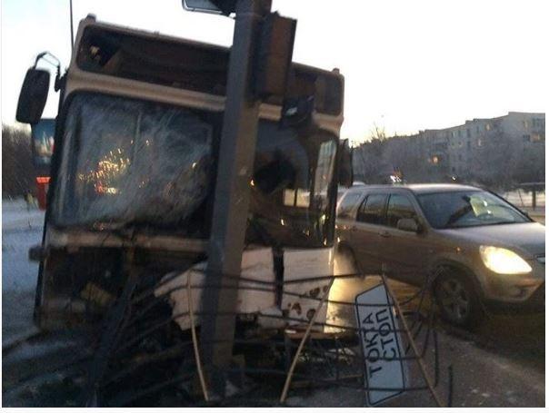 Автобус врезался в столб в Астане