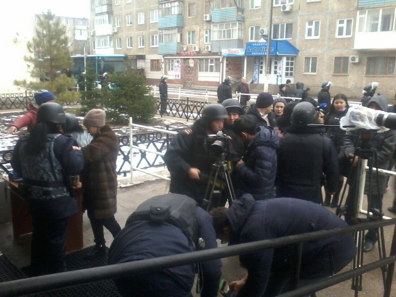 Досмотр журналистов при входе в здание суда