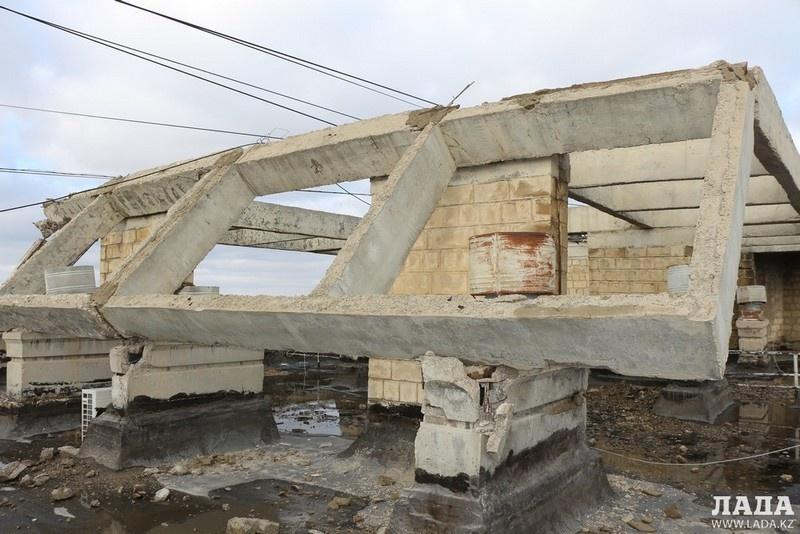 Бетонная конструкция разрушилась на крыше многоэтажки
