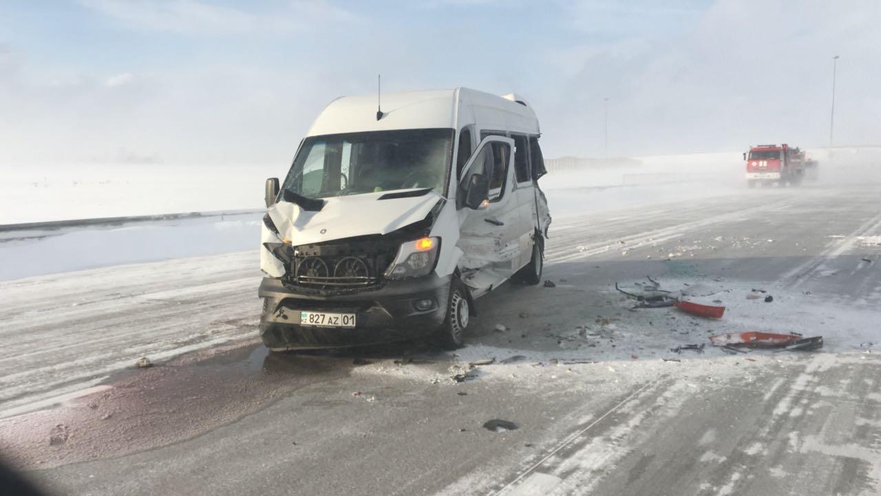 Автобус врезался в стоявшие на дороге машины