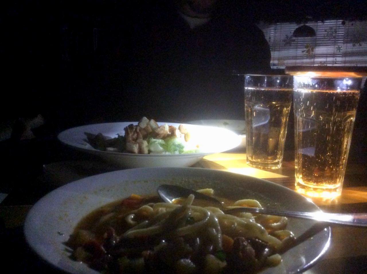 Обед превратился в романтический ужин при фонариках