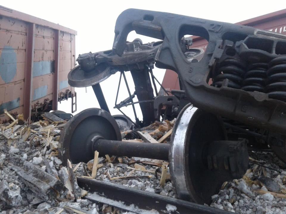 На участке Семей-Шар 12 вагонов сошли с рельсов