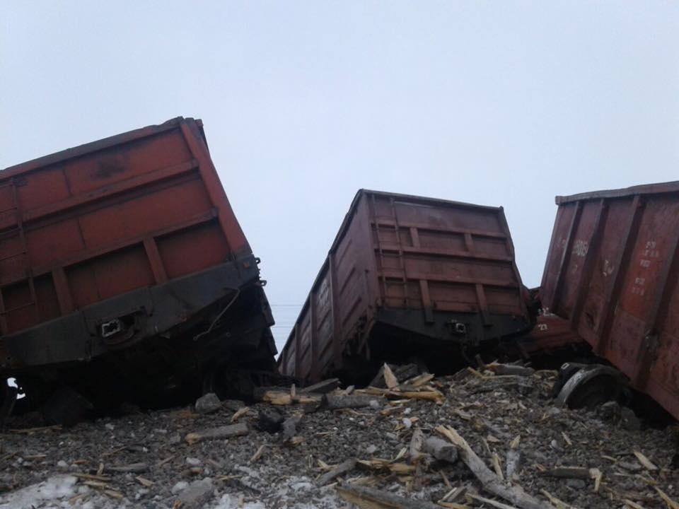 В сошедших с рельсов вагонах перевозили уголь