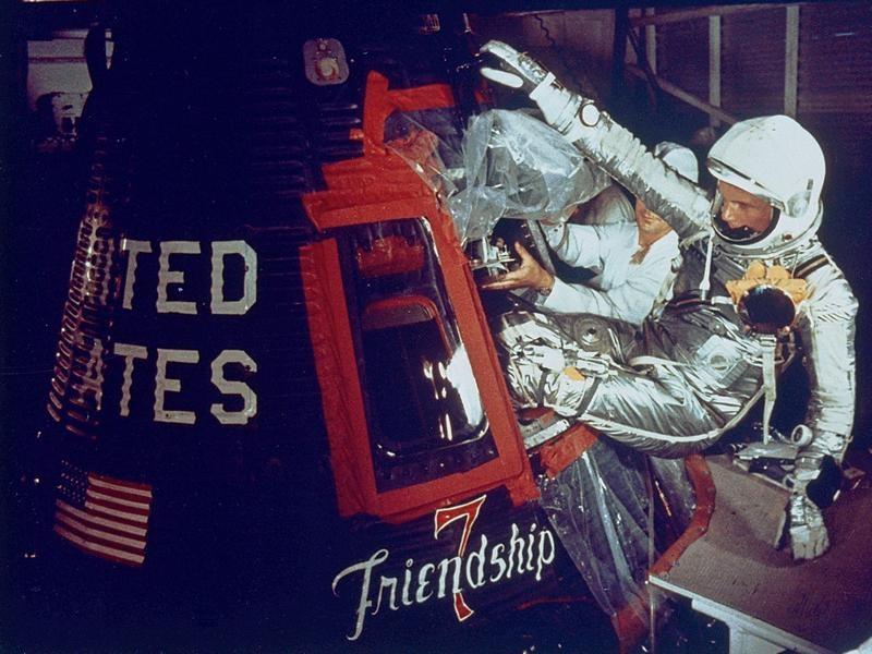 """Гленн забирается капсулу """"Дружбы 7"""" капсулы перед историческим полётом 20 февраля 1962 года"""