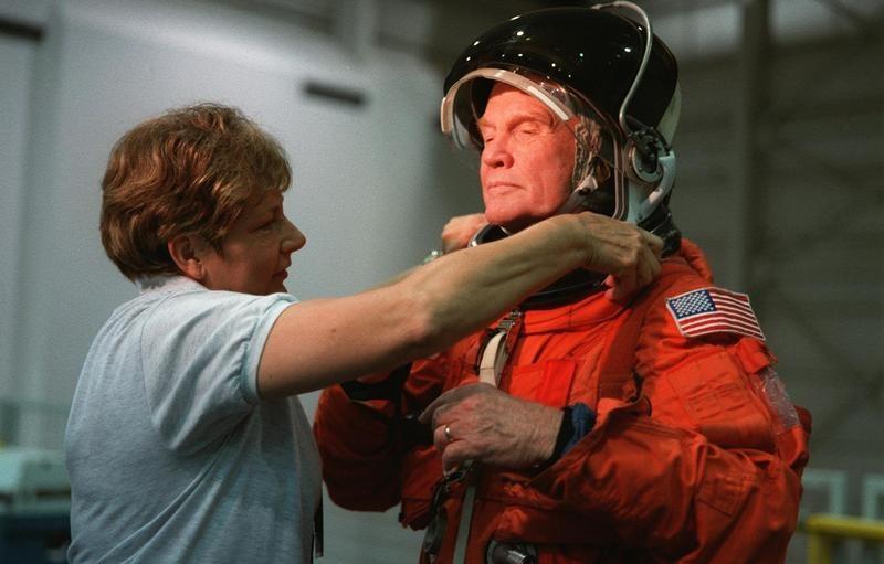 Сенатор Гленн перед полётом в 1998 году. Ему 77 лет