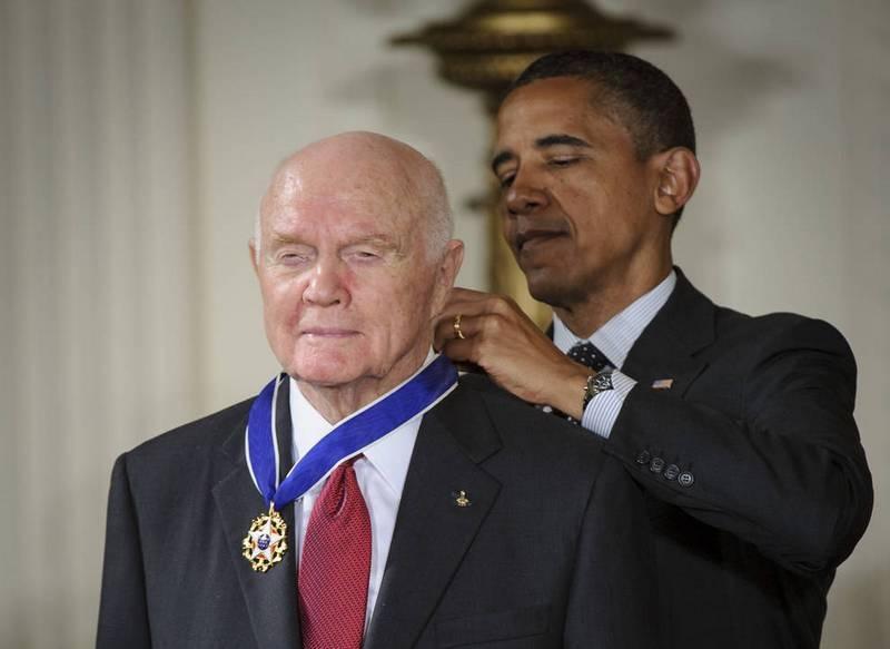 Президент США Барак Обама награждает Гленна медалью 29 мая 2012 года