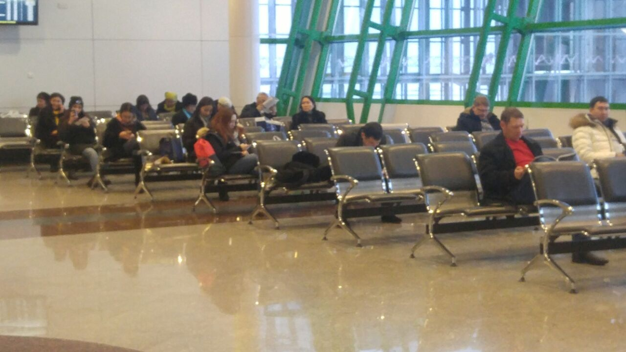 Из-за непогоды в Астане люди застряли в аэропорту
