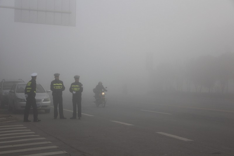 В 24 городах Китая из-за плохой видимости ограничили движение на дорогах