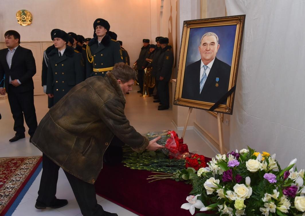 На похороны пришли не только друзья и знакомые государственного деятеля