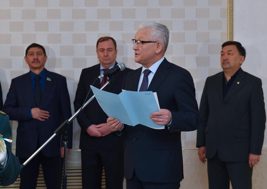 Аким СКО Ерик Султанов зачитал телеграмму соболезнования от Президента страны Нурсултана Назарбаева.