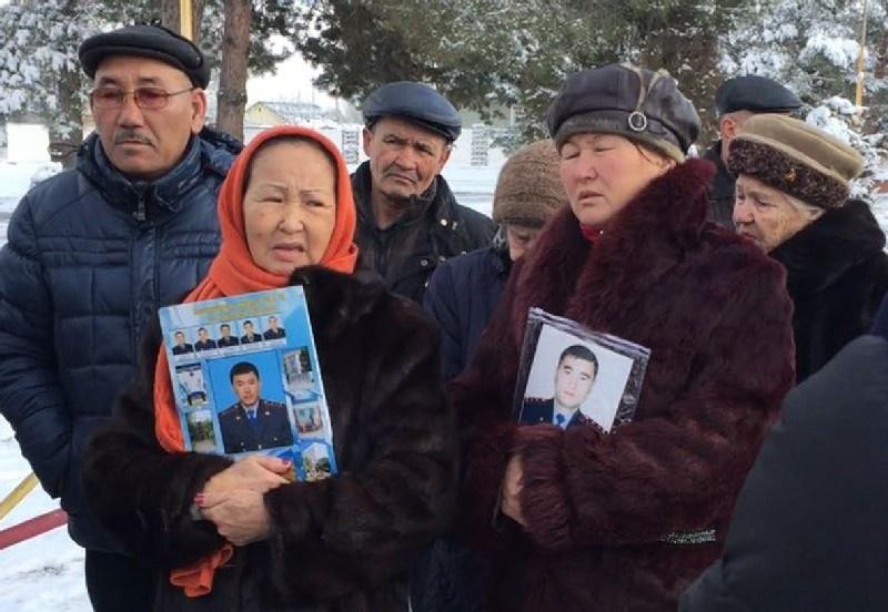 Жители Шу вышли на митинг к акимату