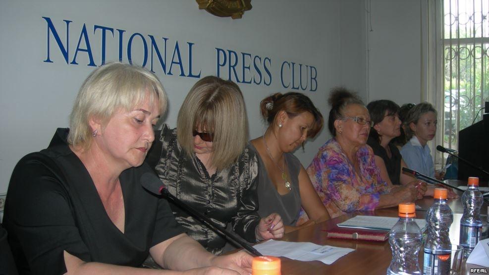 """Жены топ-менеджеров """"Казатомпрома"""" во время пресс-конференции"""