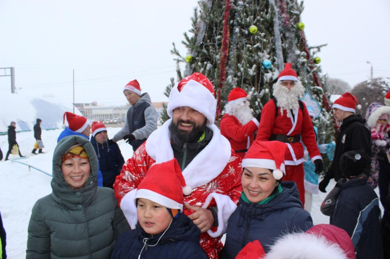 Дед Морозы раздавали детям фрукты и конфеты