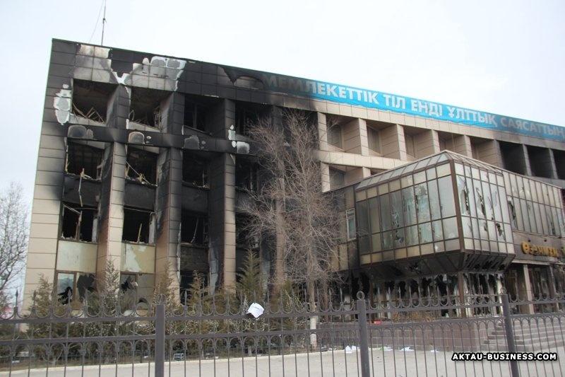 """В ходе беспорядков в Жанаозене сожгли здание """"Озенмунайгаза"""""""