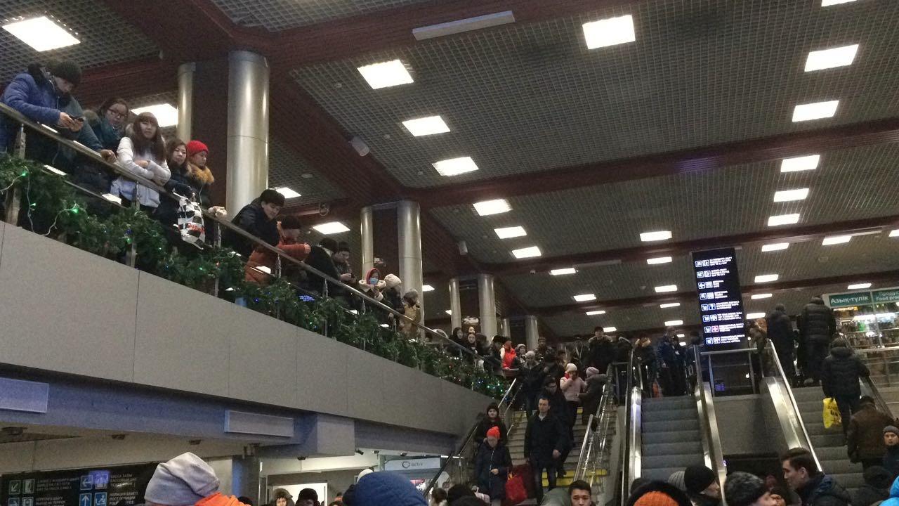 Пассажиры вынуждены ждать прибытия поездов несколкько часов