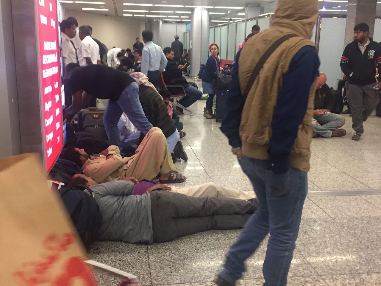 В аэропорту за время ожидания скопилось столько людей, что люди начали обживаться на полу