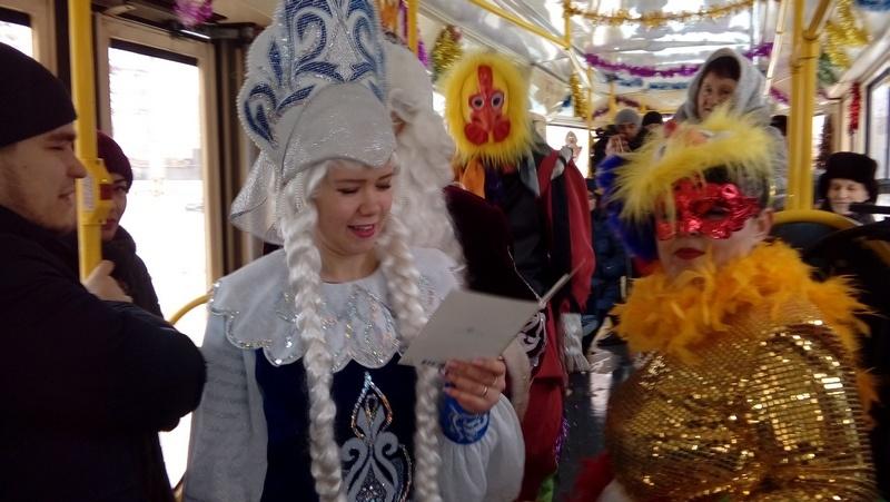 Пассажиров трамвая веселили Дед Мороз, Снегурочка и другие персонажи