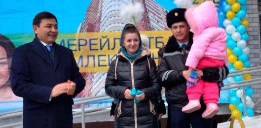 Алтай Кульгинов вручил ключи от квартир новосёлам