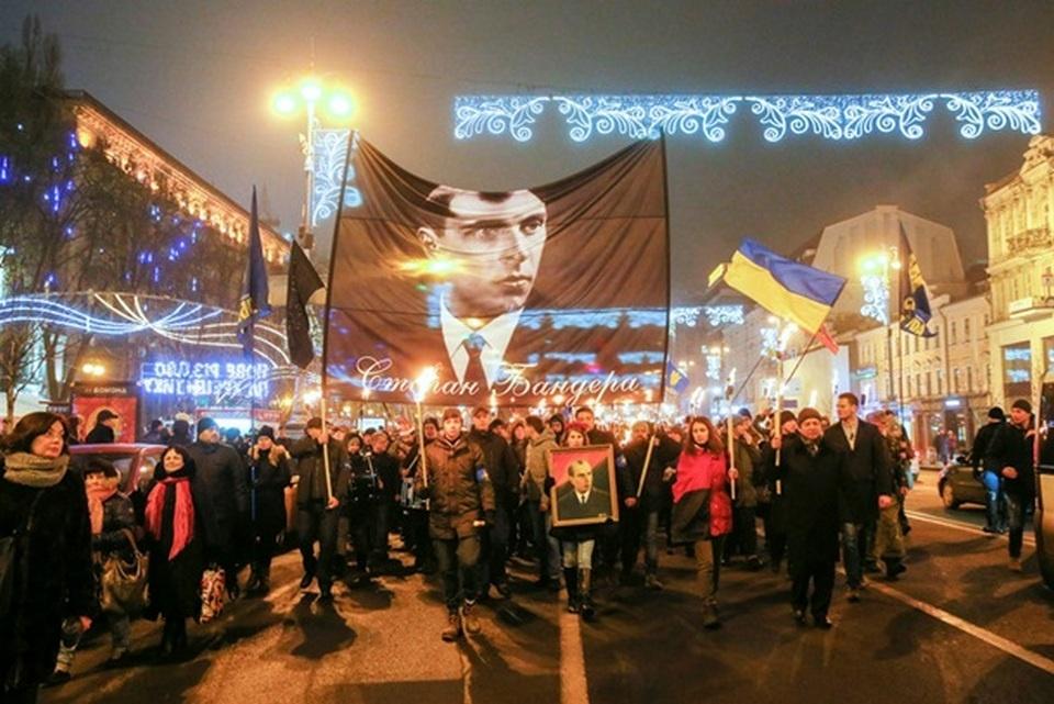 Участники акции несли в руках портреты Бандеры